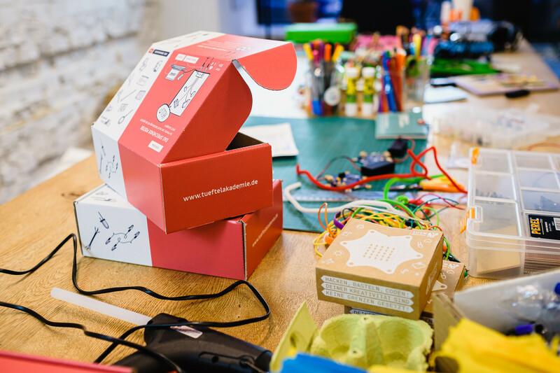 TüftelBoxen und Mikrocontroller liegen auf einem Tisch,