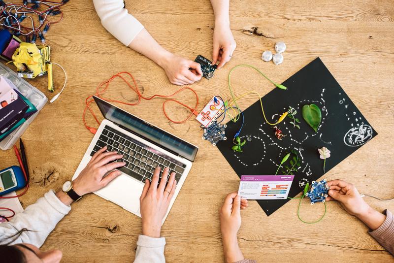 Auf einem Tisch liegen ein Laptop, ein MakeyMakey und and Tüfteltools mit denen experimentiert wird.
