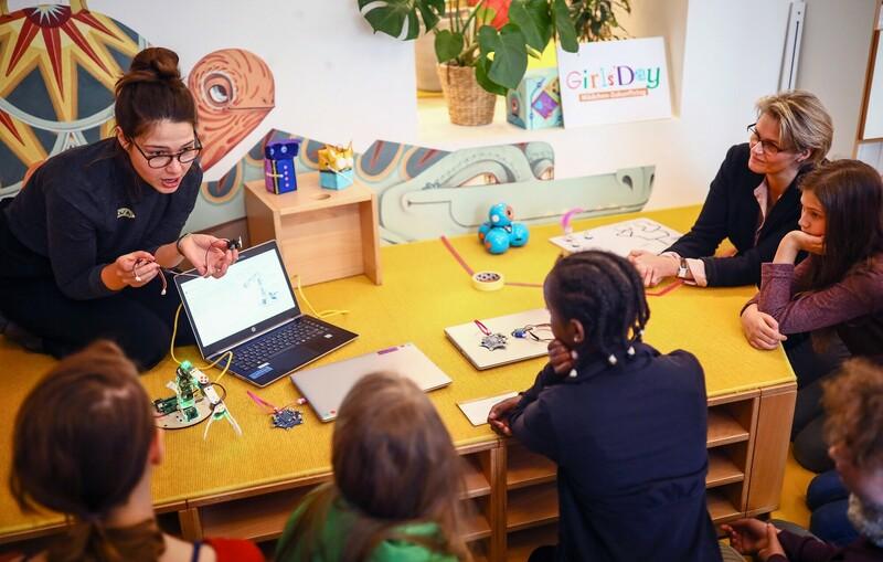 Die Ministerin für Bildung und Forschung, Anja Karliczek, hat mitgetüftelt und sich beim Girls' Day mit den Mädchen über Trends des zukünftigen Arbeitsmarktes gesprochen. Foto Credit: Girls' Day.