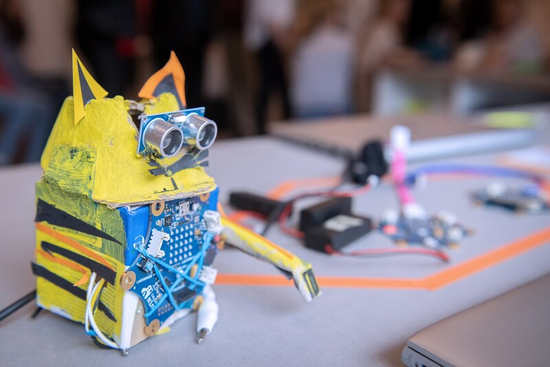 Ein Katzenroboter wartet bei einem Workshop auf seinen Einsatz.